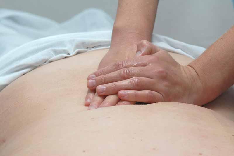 La massothérapie est une thérapie naturelle qui fait appel au toucher et à une panoplie de techniques visant à agir sur des zones stratégiques du corps - DR : Fotolia
