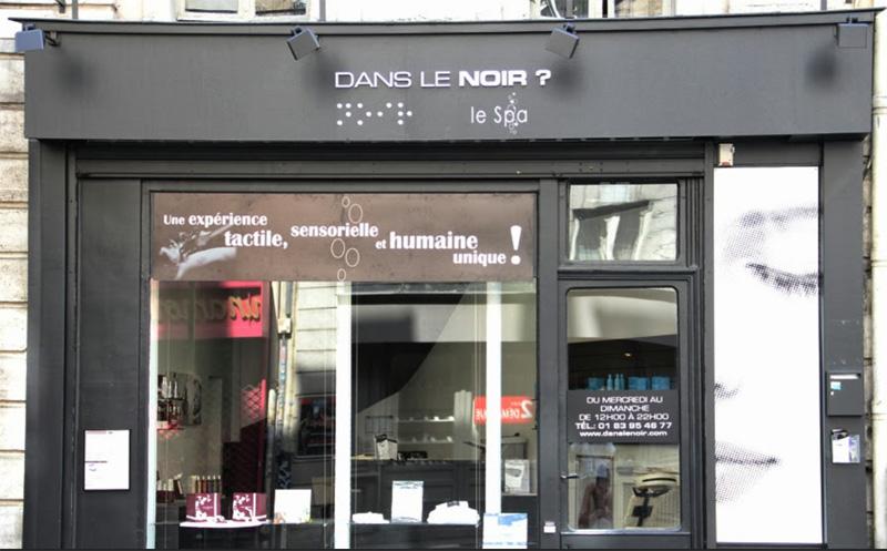 Le concept du massage bien-être dans le noir s'inspire de la tradition des « blind massage » asiatiques.   Il a été repris en France par Didier Roche.  Devenu aveugle dans l'enfance, il s'est employé à intégrer son handicap dans le milieu professionnel. - DR
