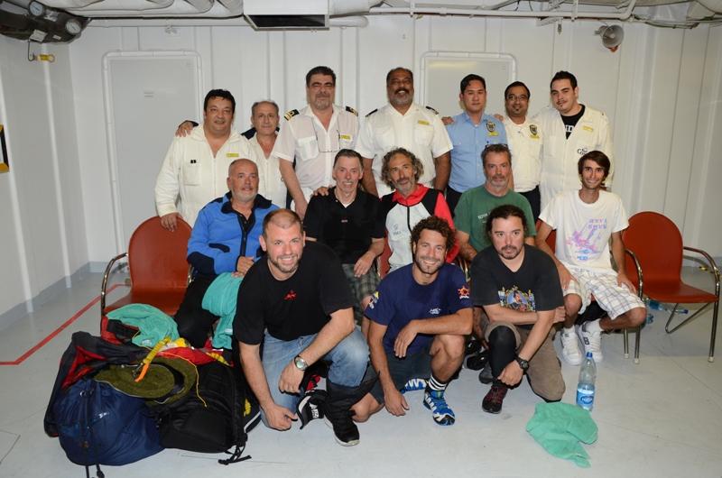 """Les membres d'équipage du """"Buccanier"""" (6 Espagnols , un Argentin et un Belge) ont été secourus et transportés à bord du Costa Deliziosa - DR"""
