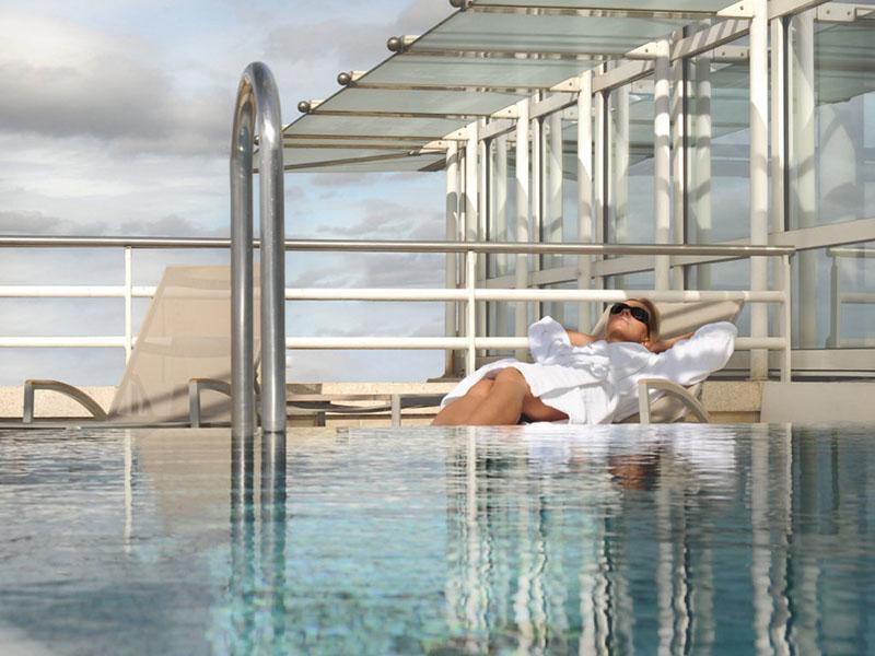 Solarium près de la piscine - DR : Vichy Spa Hôtel