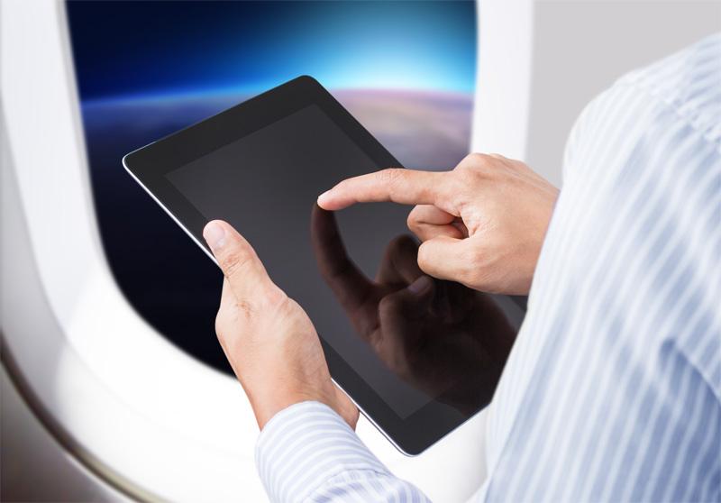 Alors que l'utilisation des appareils en mode avion est autorisée durant toutes les étapes du vol du roulage départ jusqu'à l'arrivée au point de stationnement à destination, ces appareils peuvent, à bord de certains appareils, être aussi utilisés en croisière en mode normal avec connexion au réseau - © Warakorn - Fotolia.com