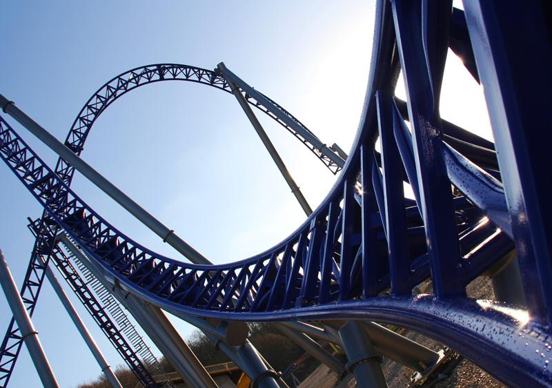 En 2014, nous inaugurons Alpina Blitz, un nouveau méga coaster. Le parcours de 713m est situé à 33 mètres de hauteur et la vitesse de pointe atteint les 100km/h - DR