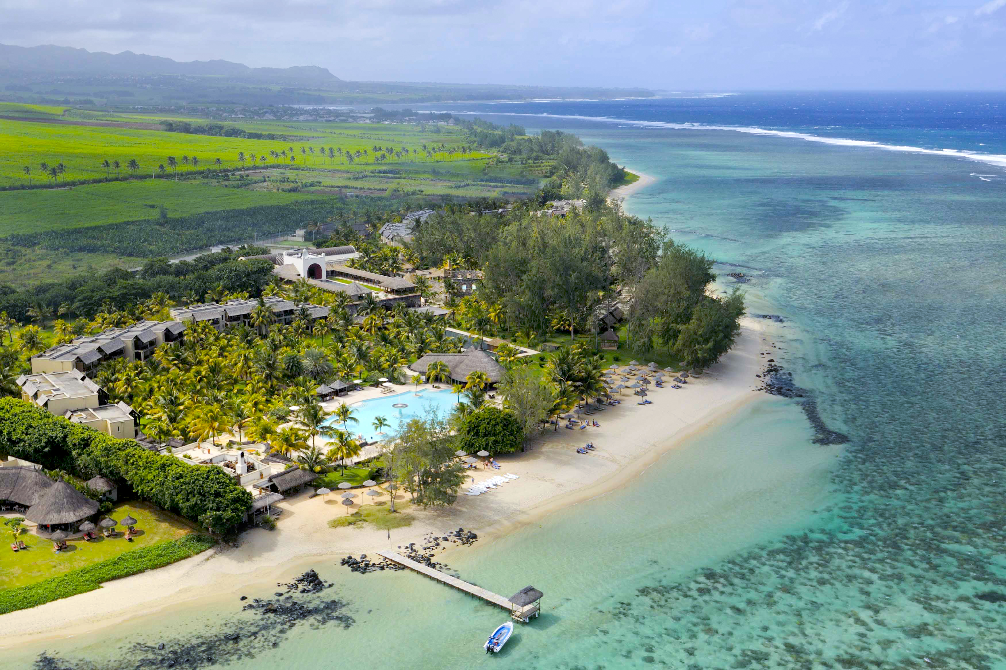 Au Spa s'ajoutent de grandes salles de relaxation, un solarium privé et une piscine isolée avec vue sur le lagon et les collines qui jouxtent l'hôtel - DR : Outrigger Hotels and Resorts