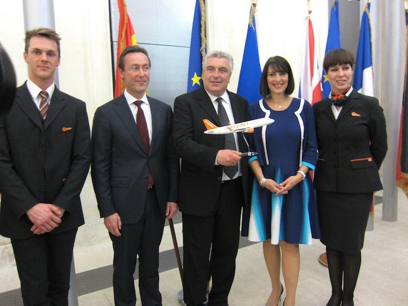 Carolyn McCall, la directrice générale d'easyJet, entourée par Fabrice Brégnier le président d'Airbus et Frédéric Cuvillier, le ministre chargé des transports. Photo LAC