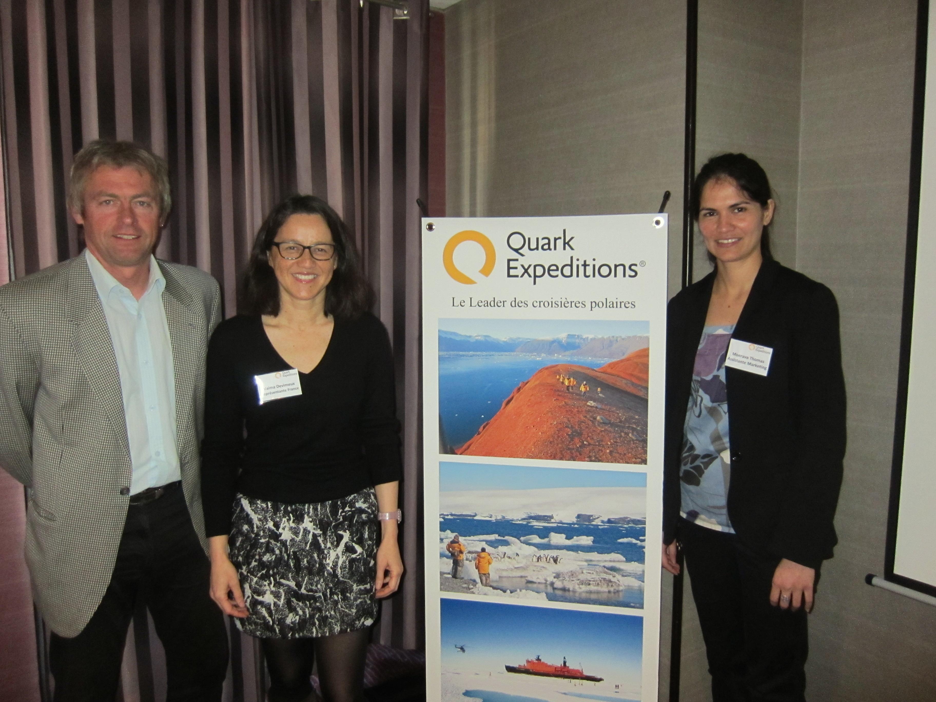 Fabrice Genevois, le guide français de Quark Expéditions entouré par Vaima Devimeux, et Moerava Thomas, les deux représentantes de l'opérateur en France. Photo LAC.