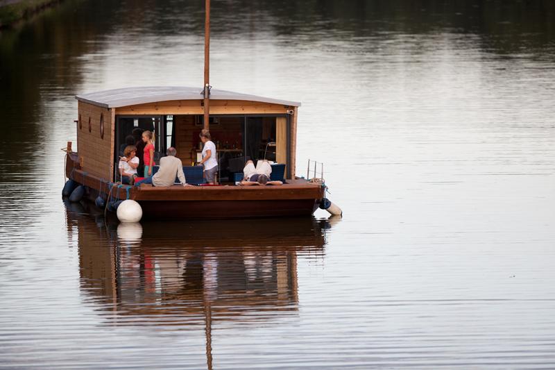 12 toues cabanées sont installées sur un étang de 3h en bord de Loire - Copyright Les Canalous
