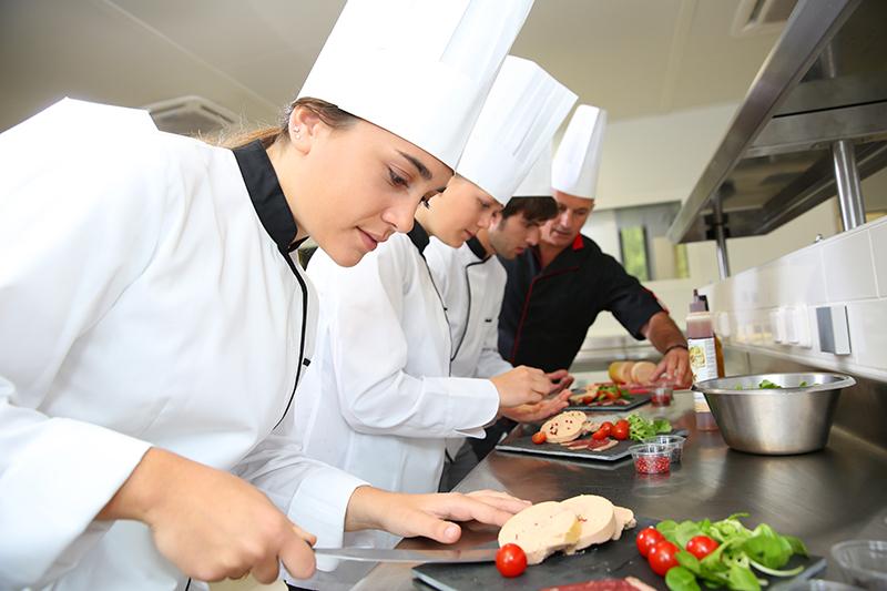 Le chef de partie a la responsabilité d'une discipline spécifique : saucier, rôtisseur, poissonnier, garde-manger, entremétier, pâtissier, boulanger © goodluz - Fotolia.com
