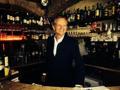 Didier Munin derrière le bar ! -DR