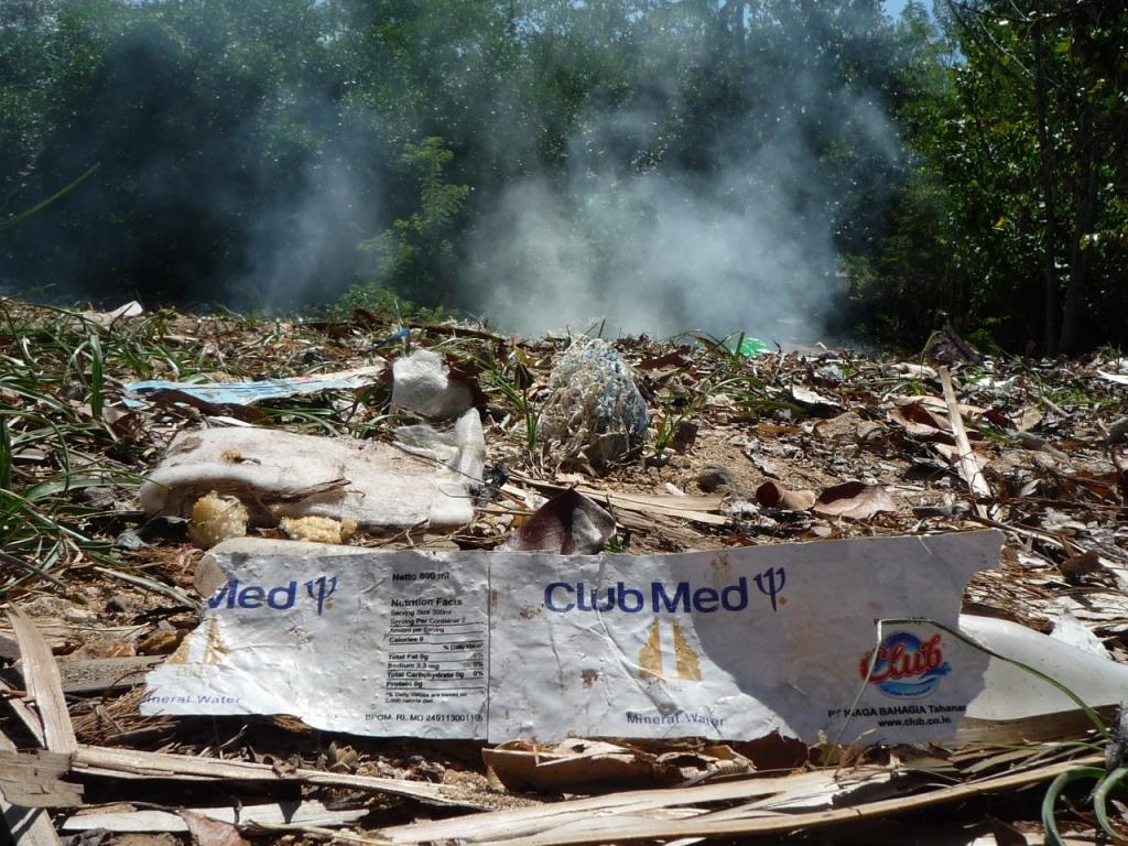 La case de l'Oncle Dom: les poubelles c'est pas fait pour les chiens !