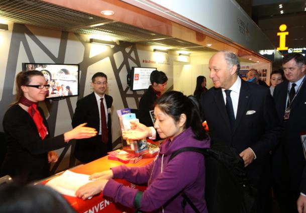 Laurent Fabius n'hésite pas à se lever de bonne heure pour accueillir les chinoas à Roissy... = Photo : MAEDI/F. de la Mure