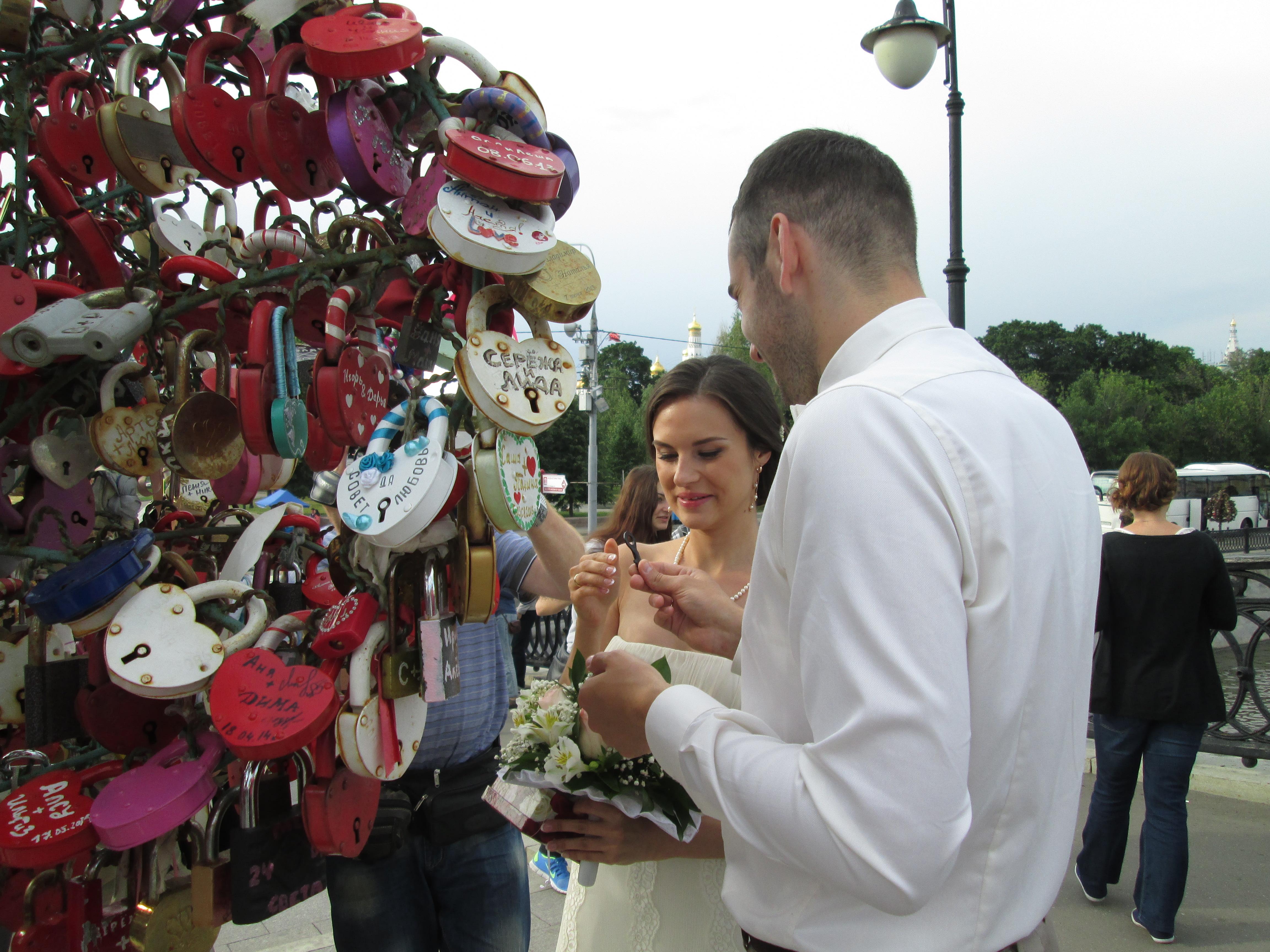 """Jeunes mariés sur le """"Pont de l'Amour"""" - DR : M.S."""
