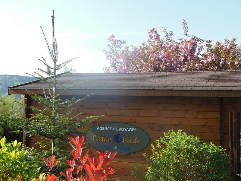 L'agence Couleur Monde est installée dans un chalet, construit dans le jardin de Jean-Marie Baillot - Photo DR