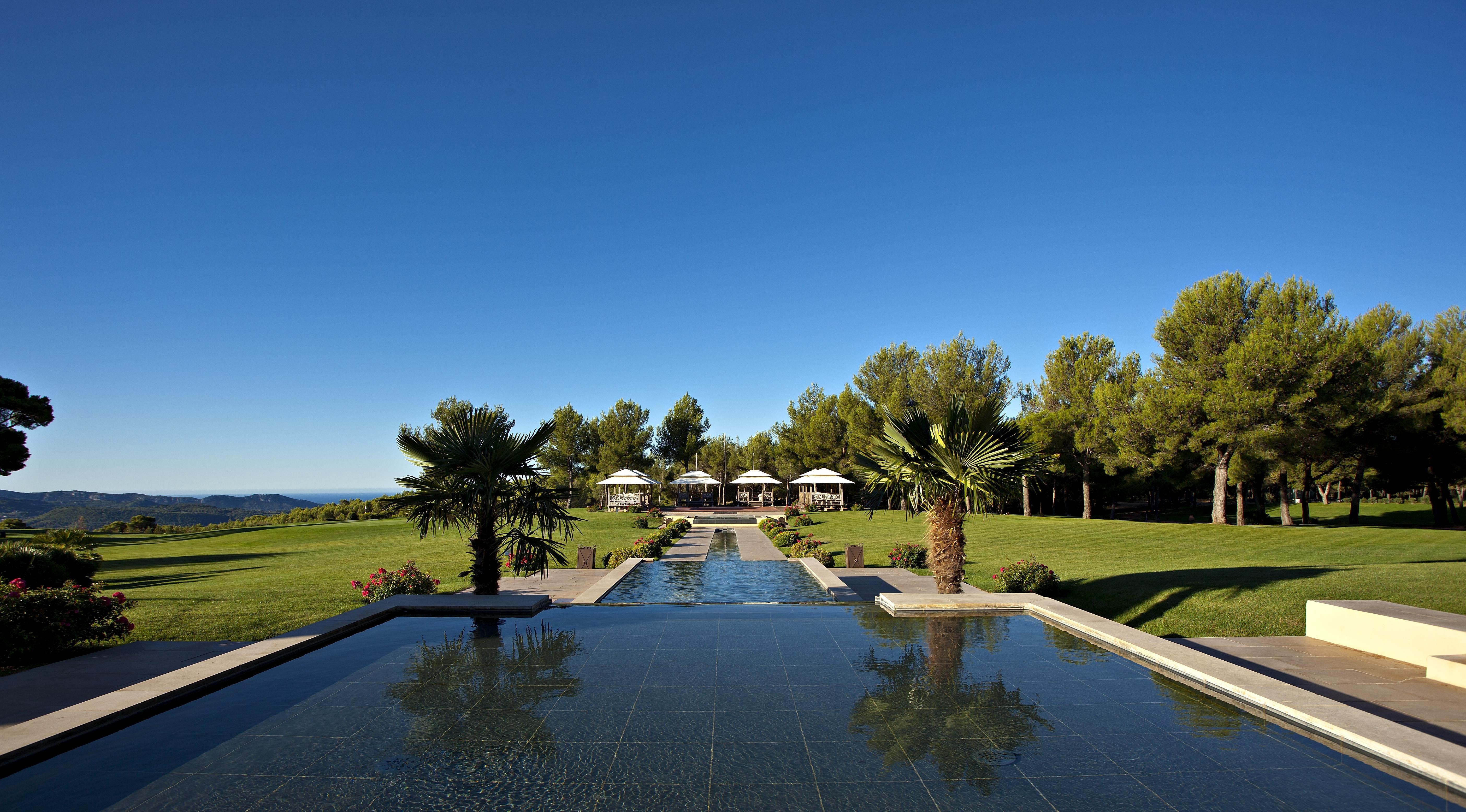 Vue de la piscine de l'Hôtel du Castellet, un Relais & Chateaux de Provence