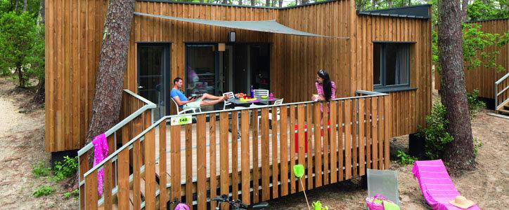 Les 200 éco-lodges de VVF Villages à Lège Cap-Ferret offrent un intérieur cosy et une belle terrasse - DR VVF Villages