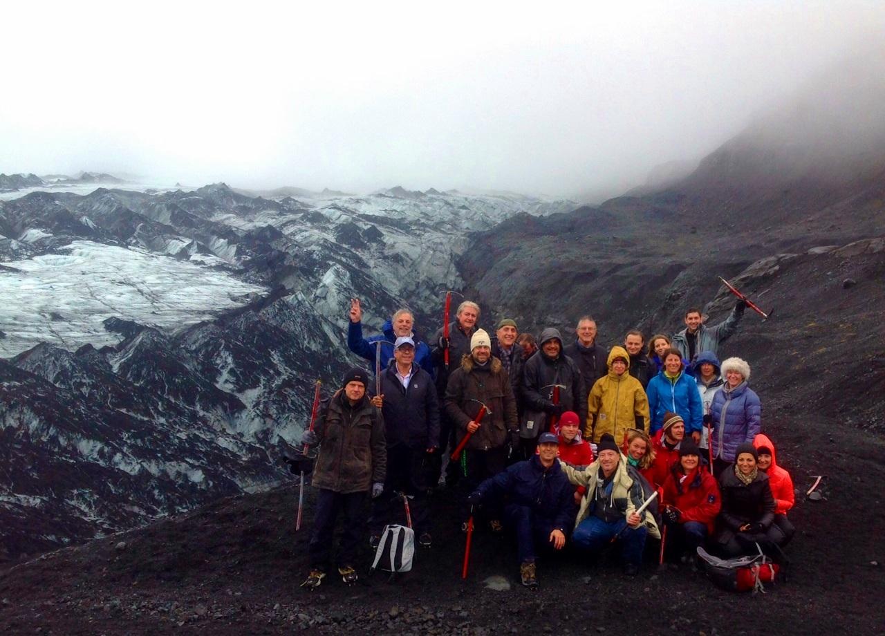 Avant d'attaquer le glacier, crampons et piolet à la main, les participants de Challenge Tourisme prennent la pose sur le Solheimajokull et la calotte glaciaire du 4ème plus grand glacier d'Islande.- cliquer pour agrandir /photo JDL