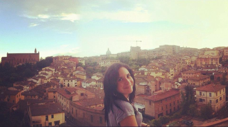 Corinne Stoppelli devant un panorama d'une des villes les plus romantiques d'Italie : Sienne - DR : Vie Nomade