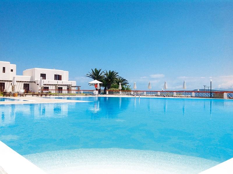 Sur l'île de Paros, dans les Cyclades, l'hôtel club Héliades Karma Porto Paros, se situe exactement face à la ville de Naoussa. De l'hôtel, on peut accéder à ce petit port de pêche en 10-15 minutes de bateau taxi - Crédit photo : Karma Porto Paros