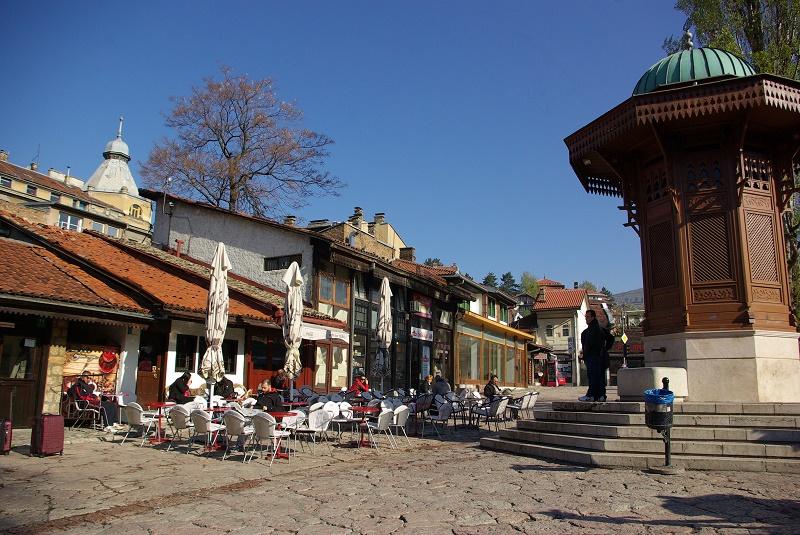 A Sarajevo, la jeunesse n'aspire qu'à une vie meilleure, envahissant chaque soir restaurants populaires et bars à chichas. Pour les Français, la ville peut être la découverte de l'année - DR : J.-F.R.