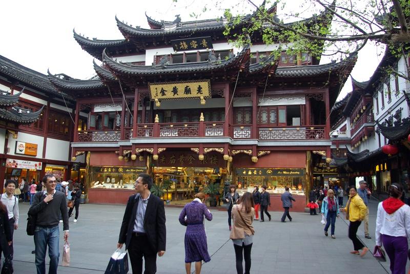 La rue de Nankin et ses enseignes agressives a beau être le nouveau temple du commerce, le jardin Yu et ses arabesques intimes rappellent la puissance des mandarins d'autrefois - DR : J.-F.R.