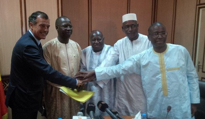 De gauche à droite : H. Giscard d'Estaing, PDG du Club Méditerranée, M. Boun Abdallah Dionne, Premier Ministre du Sénégal, A. Loum Diagne, Président de la VACAP, T. Seydou Niane, DG de la Caisse des Dépôts et Consignations du Sénégal et A. Hott, DG du Fonds Souverain d'Investissements Stratégiques - DR : Club Med