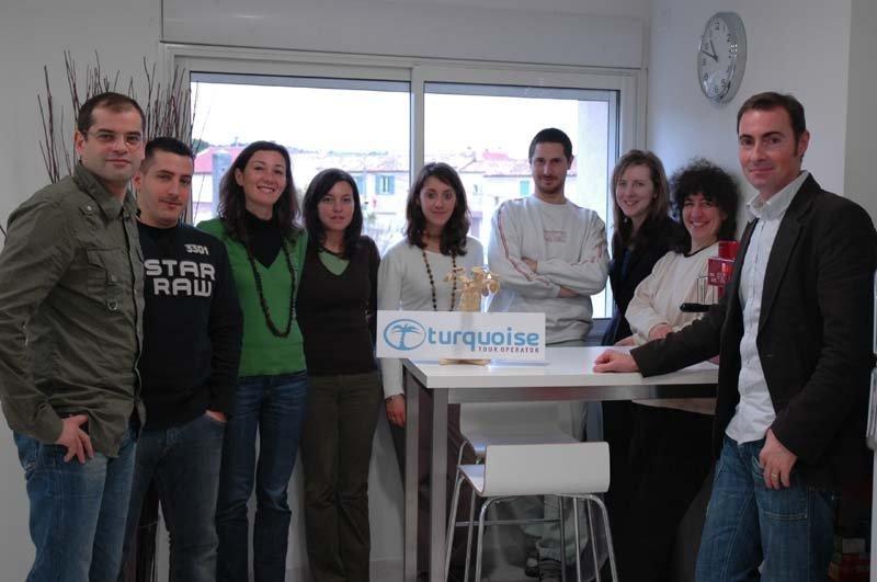 L'équipe de Turquoise TO et de Mister Booking, avec qui le voyagiste partage ses locaux. A droite Eric Thomas, directeur de Turquoise TO
