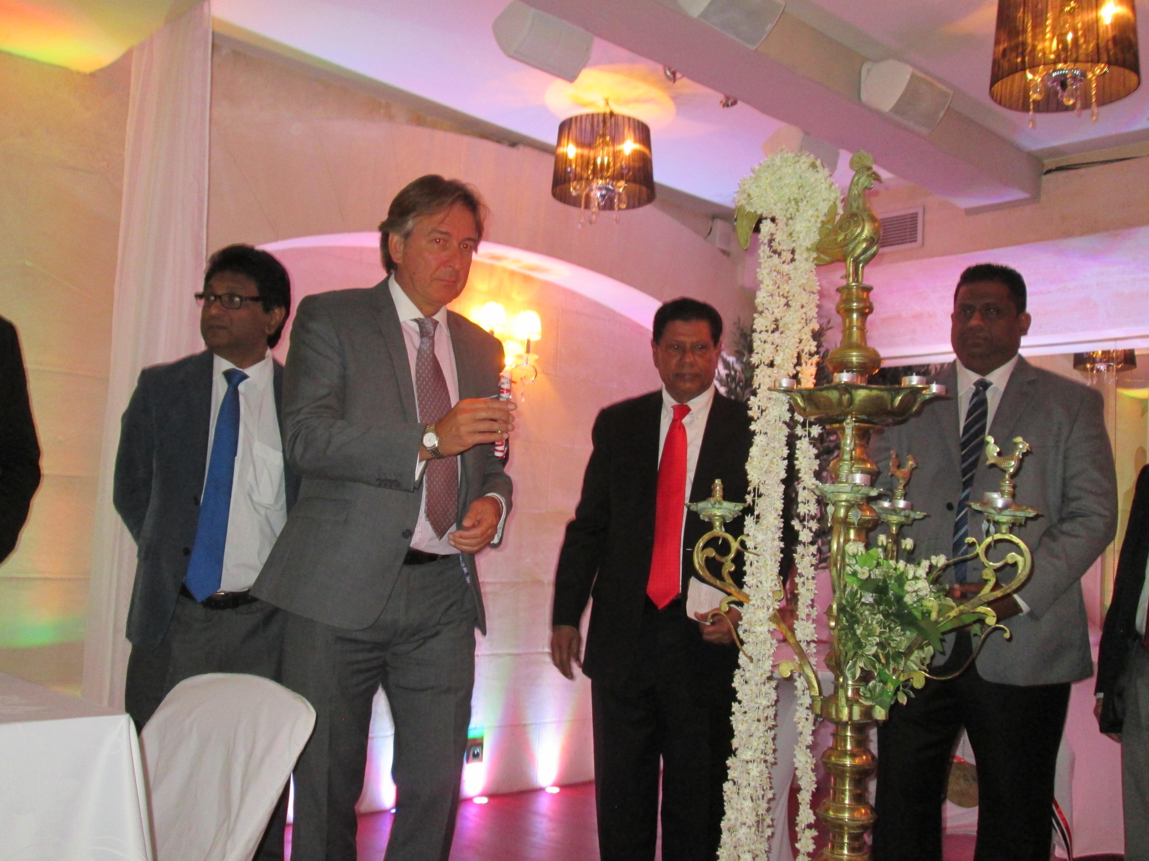 Légende photo : Son Excellence  Thilak Ranaviraja Ambassadeur du Sri Lanka en France entouré par  M. Arundika Fernando Ministre du Tourisme de Sri Lanka à droite et Danny Shepers directeur de Sri Lankan Airlines pour la France. Ici à la  cérémonie d'éclairage de la lampe à huile, une tradition  venue clôturer leur conférence de presse.