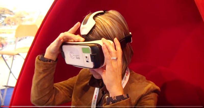 Carole Burlot, la directrice régionale du réseau Prêt-à-Partir teste les oculus rift sur le stand de son réseau pendant le salon IFTM. DR - Anaïs Borios.