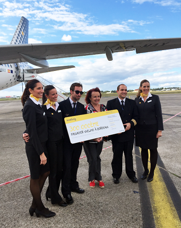 Virginie Pozoga est la 300 000e passagère de Vueling à l'aéroport de Bordeaux - Photo : Vueling