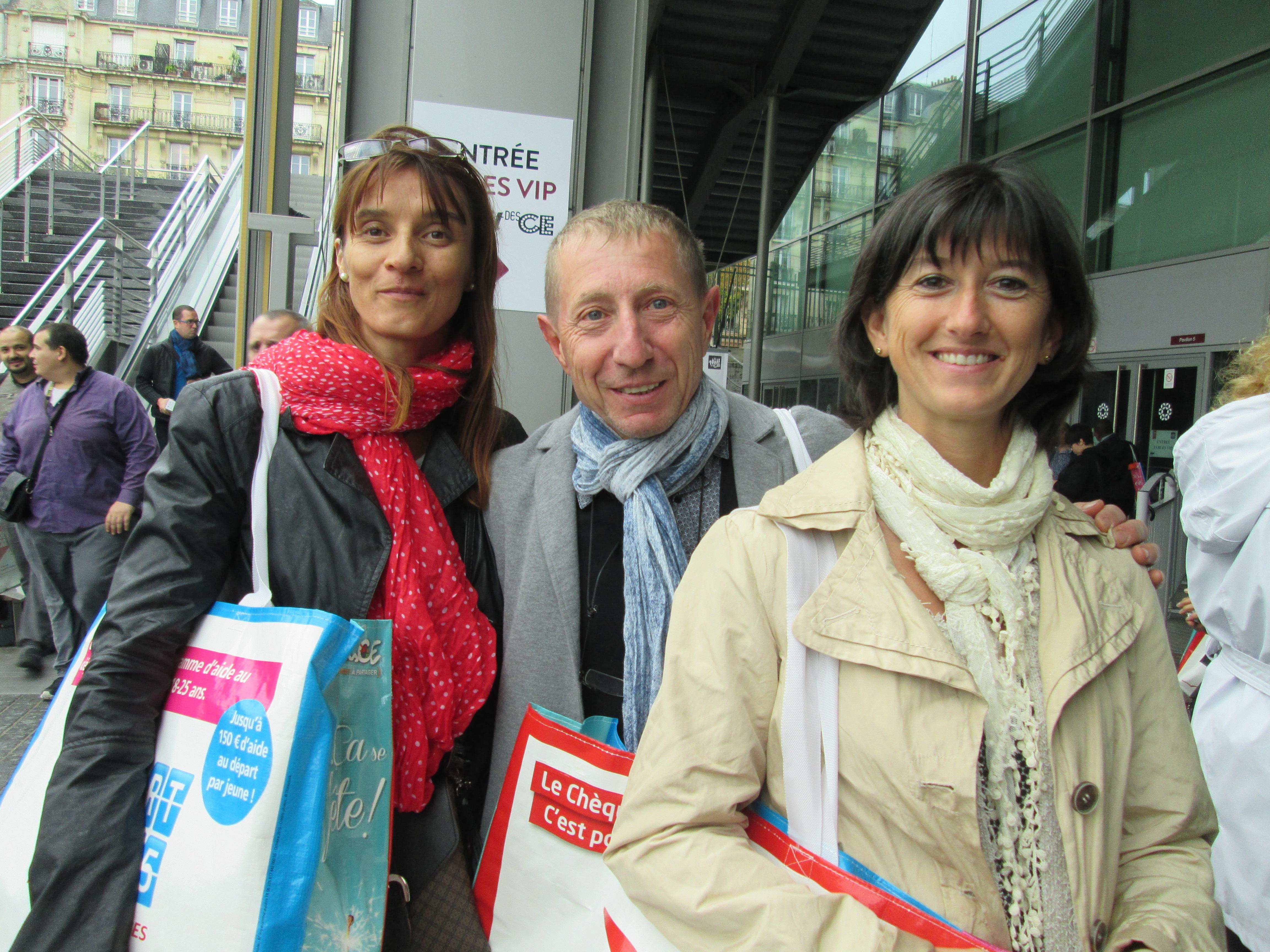 Serge Charpenay, un secrétaire de CE heureux entouré par deux de ses collègues lors du dernier SalonsCE de Paris.