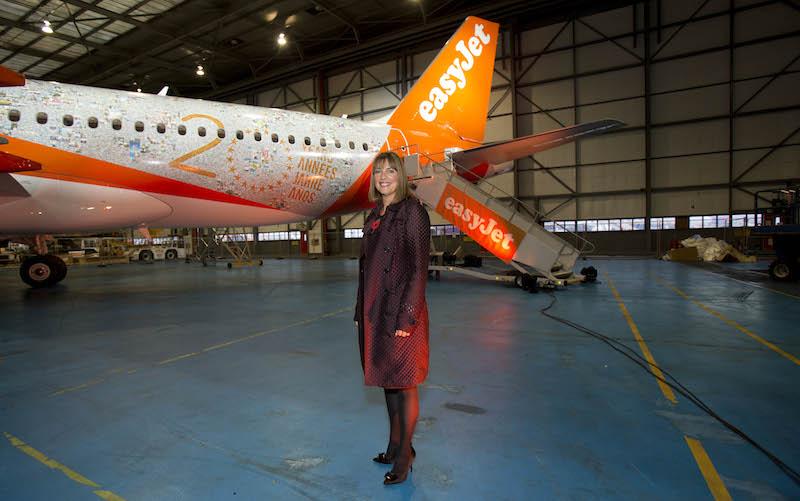 Carolyn Mccall, la patronne d'easyJet pose devant la livrée spéciale anniversaire de sa compagnie. DR-easyJet.