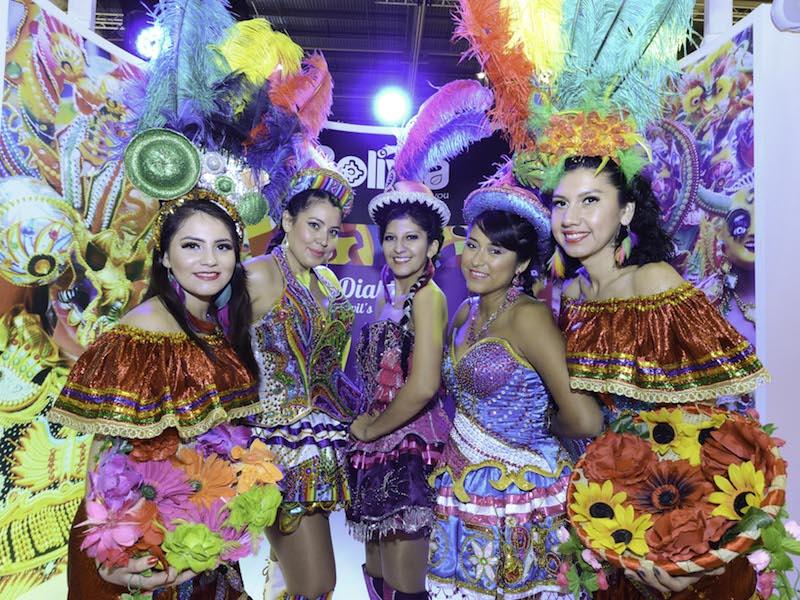 Les danseuses très colorées du stand bolivien. DR-WTM
