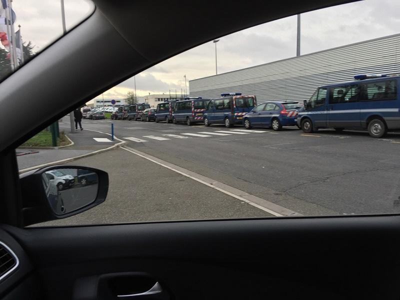 Les gendarmes perquisitionnent les locaux de Servair à Roissy-Charles de Gaulle - Photo : Franck Bonnot