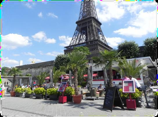 Au pied de la Tour Eiffel, un ponton et un quai  avec restaurant, terrasse, salon de réception.