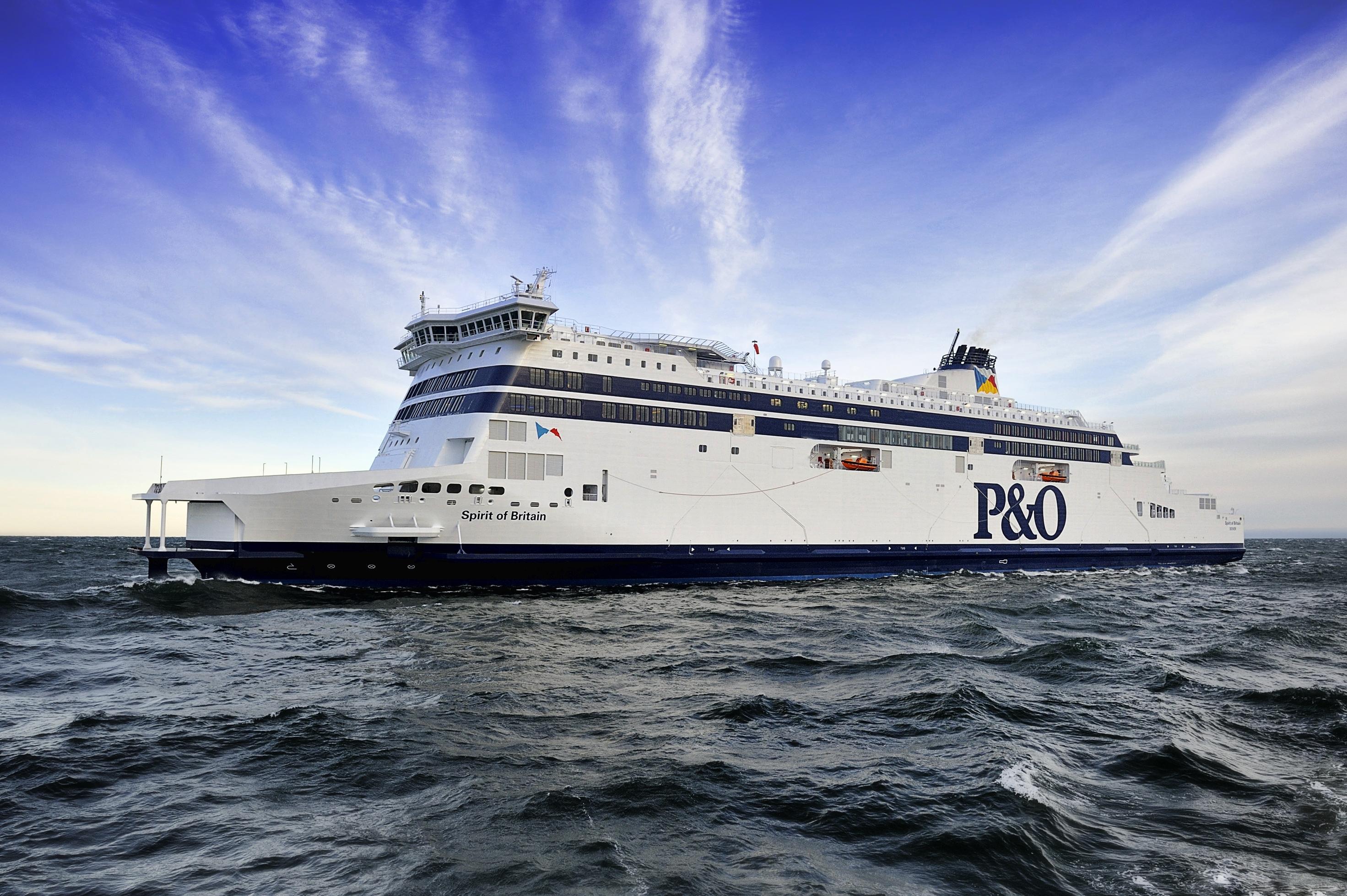 Le Spirit of Britain, navire mixte mis en service en 2011. Il relie Calais à Douvres en 90 minutes, et dispose de standards et d'équipements dignes de navires de croisière - Photo P&O