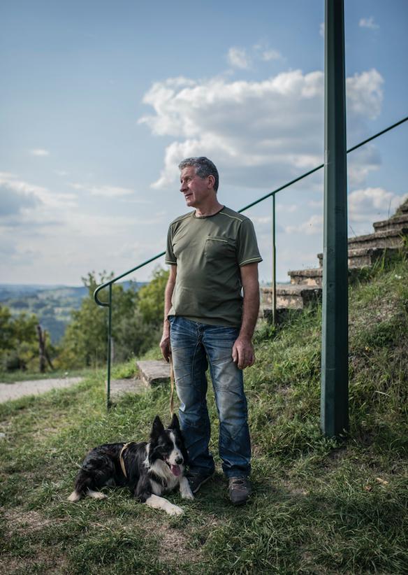 Jean-Pierre Vaujour, trufficulteur, et son chien