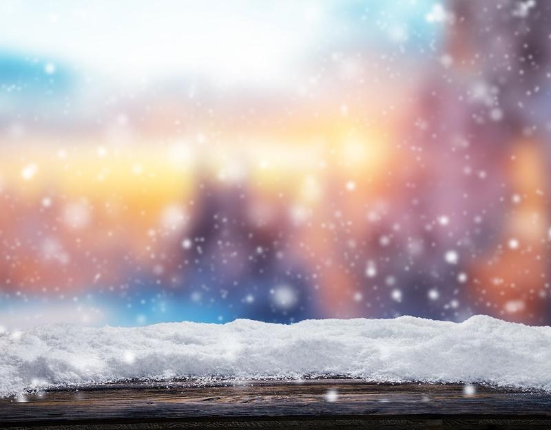 Stupeur et putréfaction, la neige semble bouder nos belles stations montagnardes. Angoisse des professionnels, dont beaucoup tentent de convaincre les vacanciers de changer leurs raquettes d'épaule et de préférer le maillot de bain aux doudounes et après-skis © Jag_cz - Fotolia.com
