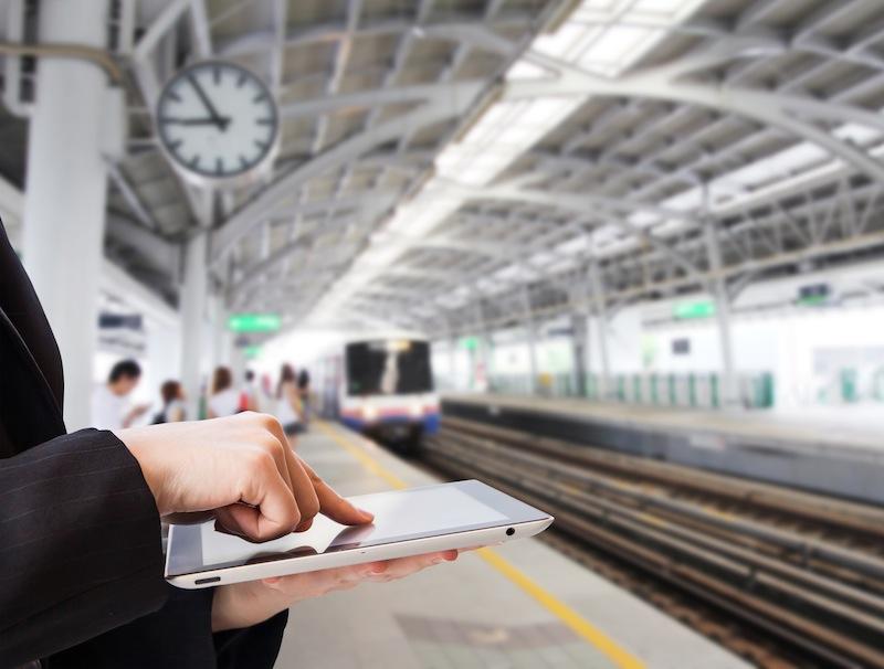 Les voyageurs connectés devront patienter un an avant d'utiliser internet en WiFi dans les TGV © Fotolia : Myimagine