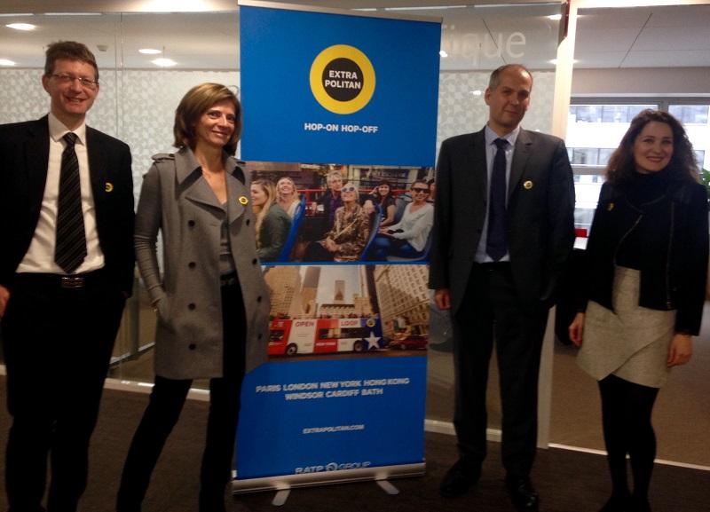 A gauche, Marc Saint-Félix directeur de l'OpenTour (Paris) et Laurence Battle membre du directoire de l'unité en charge du sightseeing - à droite Ronan Bois, directeur de la Business Unit Sightseeing (c) Johanna Gutkind