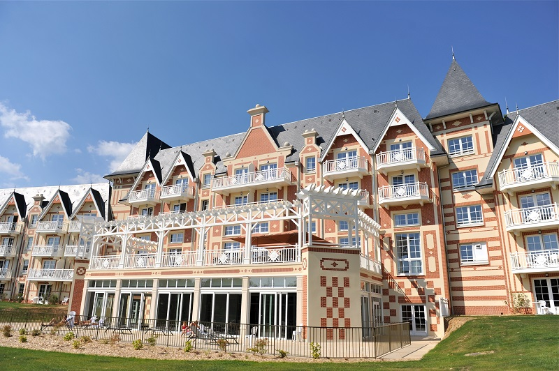En pleine nature, à  500 mètres du centre-ville de Bagnoles de l'Orne le B'O Resort et son spa thermal cultivent  le style Belle Epoque.  Photo B'O Resort.