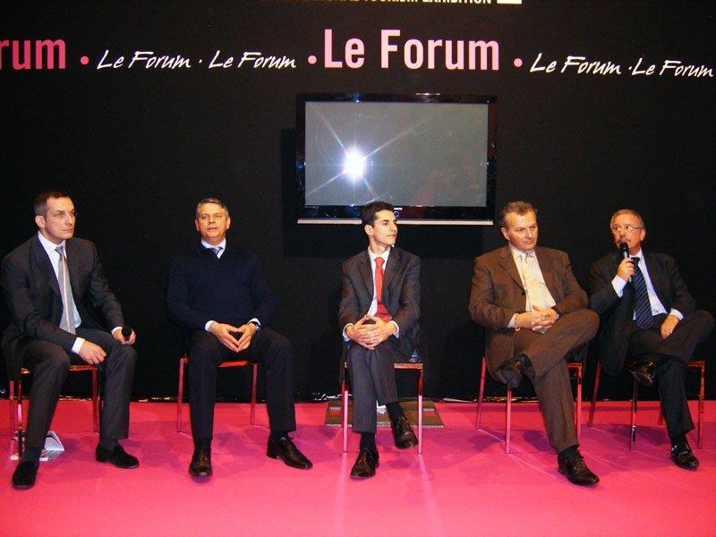De gauche à droite N. Baudy pdt de l'agence en ligne « Tous en France », H. Decaux directeur du CRT Limousin, F. Dargnies, fondateur de l'entreprise « 4 Roues sous 1 Parapluie », T. Schidler (Pdt SNET) et C. Orofino (DG Visit France)