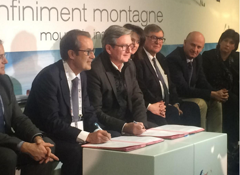 Christian Mantei (Atout France) et Xavier Dullin (Cluster Montagne) ont signé leur convention de partenariat à l'occasion du salon grand Ski - Photo : Atout France