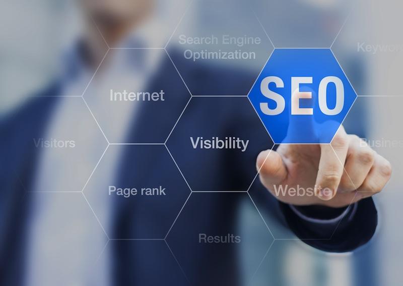 Mettre à jour régulièrement votre site internet, développer un moteur de réservations, posséder une version mobile, sont autant de facteurs qui permettraient d'optimiser votre référencement et d'obtenir une meilleure place sur les moteurs de recherche © Fotolia - NicoElNino