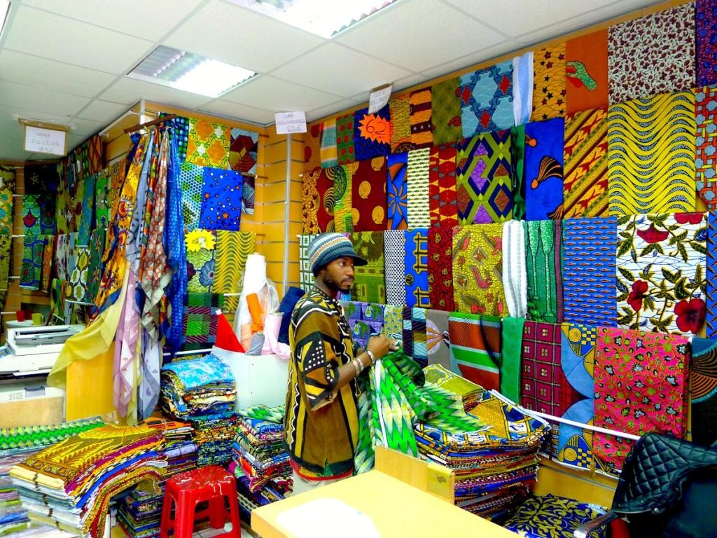 Boutique de Wax à La Goutte d'Or ; Balades urbaines Petit Mali et Fashion Mix.