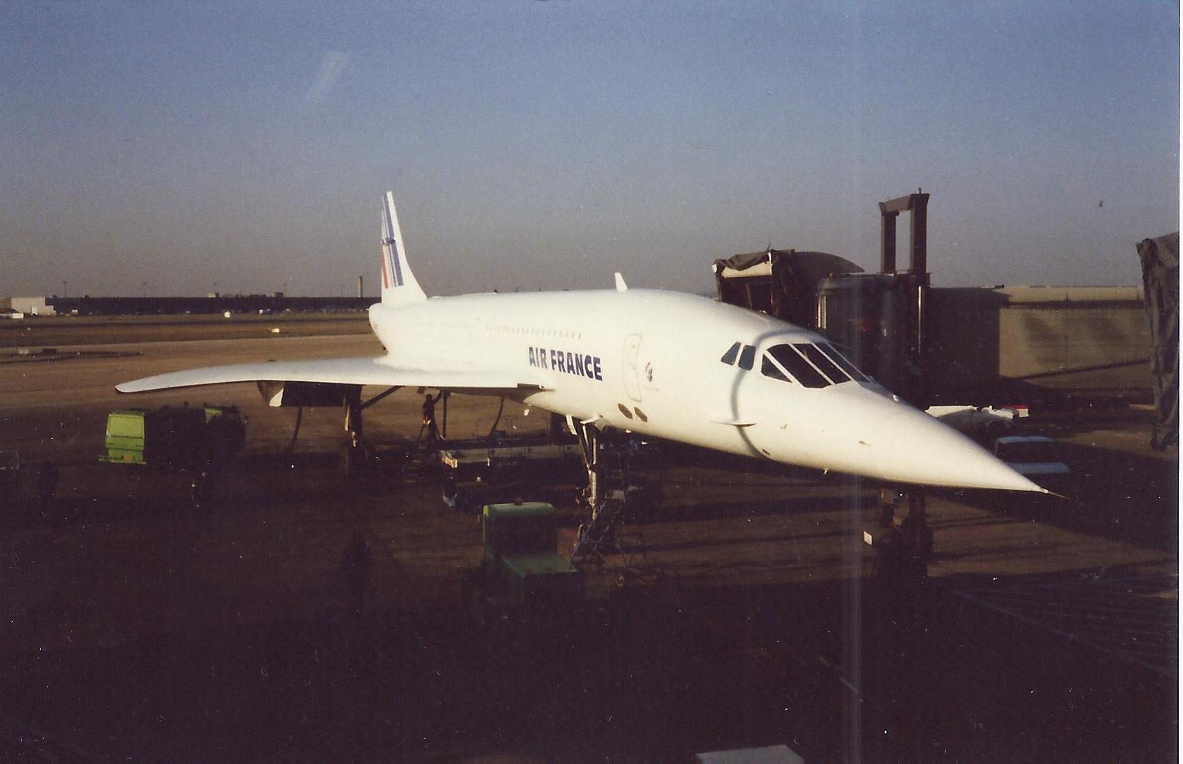 Roissy CDG le 21 février 1987. Concorde  attend ses passagers pour son premier tour du monde. Photo MS.