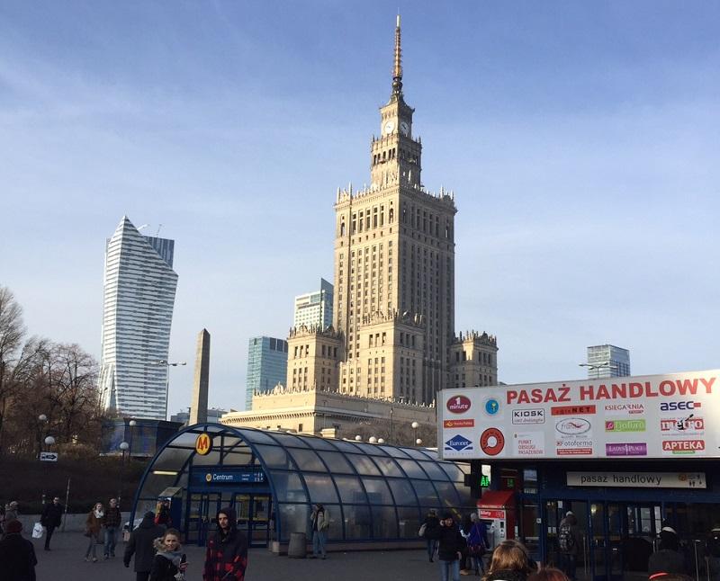"""Avec ses 235 mètres de haut et ses 48 étages, le palais de la culture et des sciences est un """"cadeau"""" de Staline, qui cohabite avec les gratte-ciel du quartier des affaires et des centres commerciaux - DR : J-P.C."""