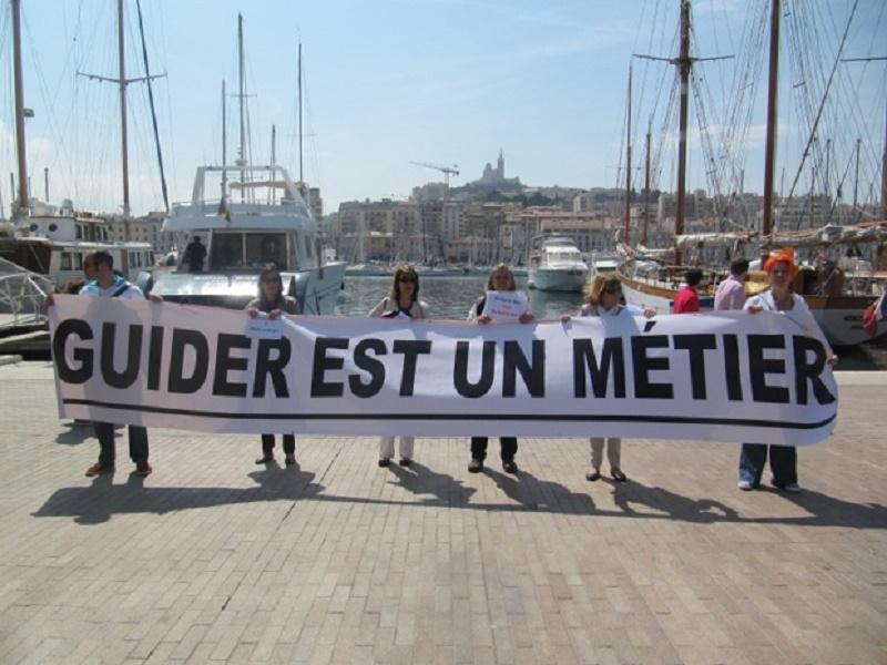 Depuis plusieurs mois, les guides-conférenciers français se mobilisent contre le projet de déréglementation de leur profession, comme ici, à Marseille sur le Vieux-Port - Photo : P.C.