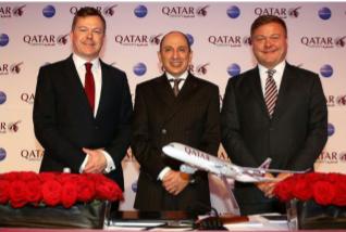 M. Akbar Al Baker, PDG du groupe Qatar Airways accompagné de Jonathan Harding, SVP NSW Europe chez Qatar Airways (à gauche) et Frédéric Gosson Directeur Général Allemagne de Qatar Airways (à droite) à la conférence de presse d'ouverture de L'ITB à Berlin le 9 mars 2016