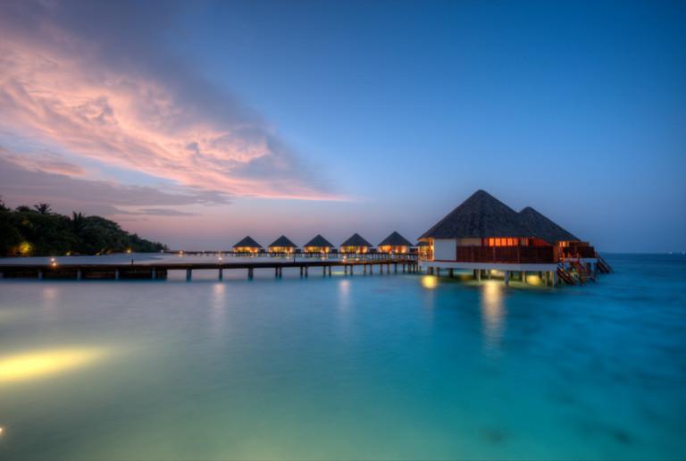 Villas sur l'eau dans le lagon – Les îles Maldives au coucher du soleil – © Jag_cz – Fotolia.com