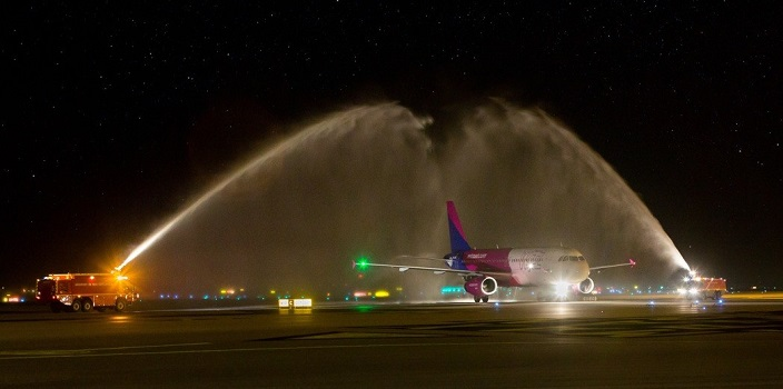 L'avion de Wizz Air accueilli à Nice le 11 mars 2016 - Photo : Wizz Air