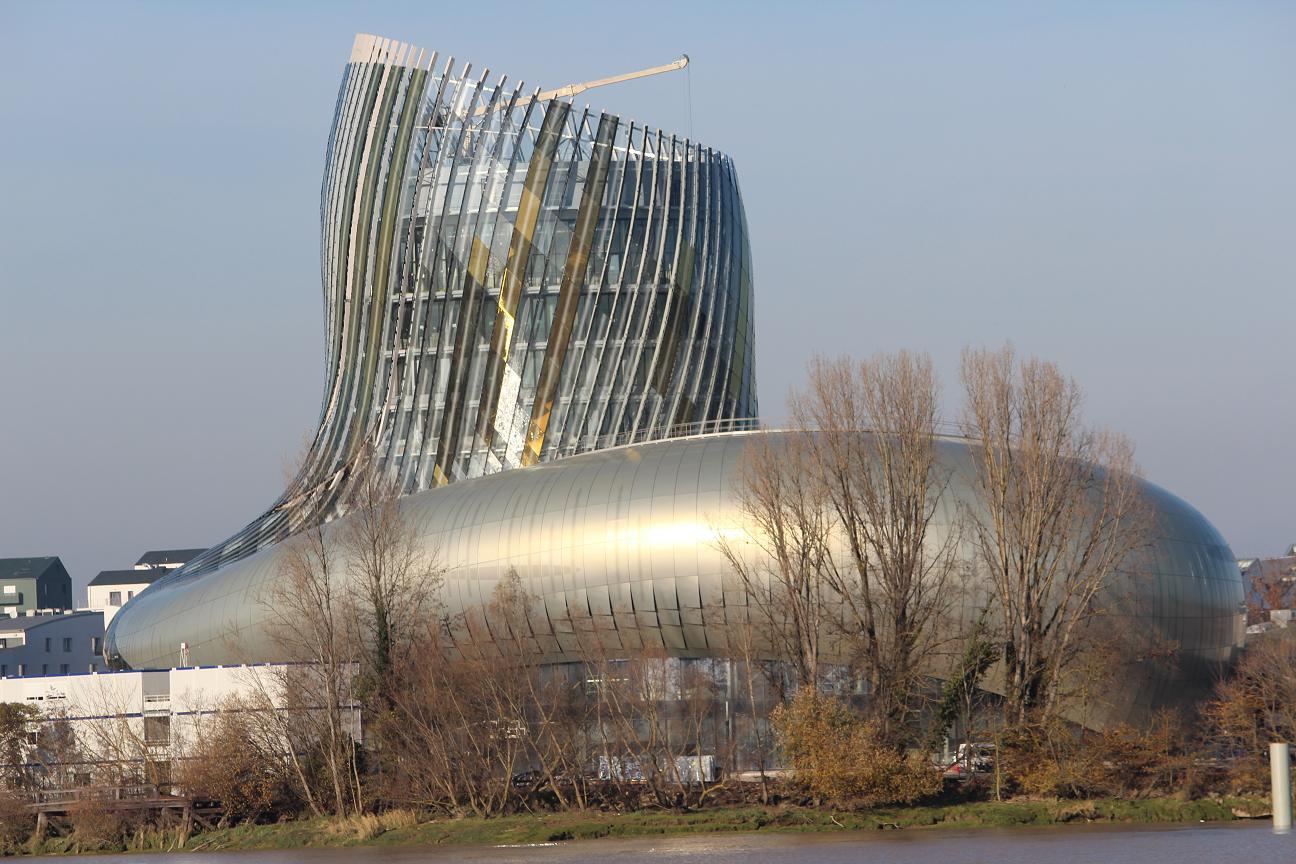 Sur les rives de la Garonne, La Cité du Vin encore en chantier. Répartie sur 10 niveaux elle  se compose d'un espace architectural de 13 350 m2, d'une flèche culminant à 55 mètres et d'un belvédère au 8ème étage à 35 mètres. Elle est l'œuvre de l'agence d'architecture XTU et de Casson Mann Limited pour la scénographie. Photo OT Bordeaux (prise en décembre 2015).